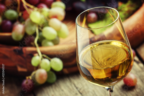 Fotografía  Autumn ice wine, ripe grapes and dried leaves, vintage wooden ba