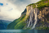 Fiord Geiranger. Seven Sisters Waterfall, Norwegia. Krajobraz górski z pochmurnego nieba. Piękna natura. - 125564931