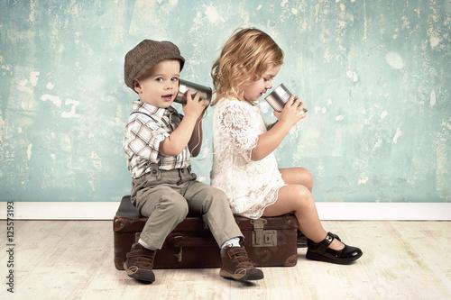 Fotografía  Kinder spielen mit Dosentelefon - Retro Look