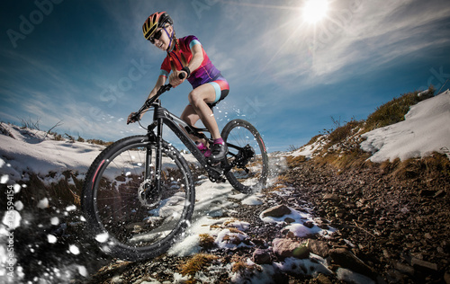 Poster Glisse hiver Sport. Snow Mountain Bike cyclist riding single track.