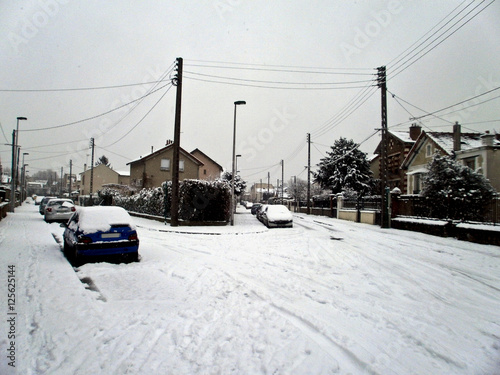 Photo  a street full of snow aroud christmas