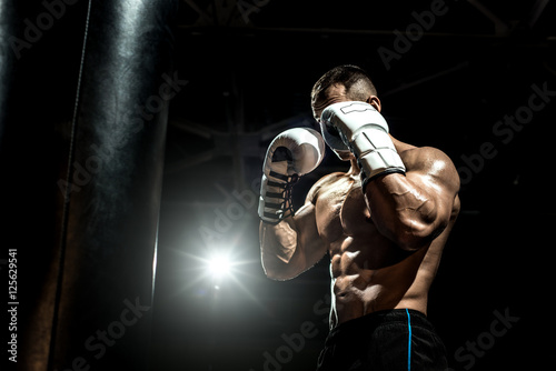 Photo  boxer in gym with punching bag