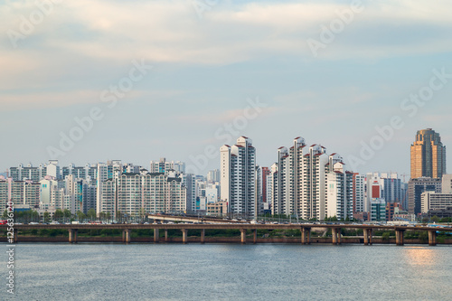 Photo  Residential district along the Han River viewed from the Mapo Bridge in Seoul, South Korea