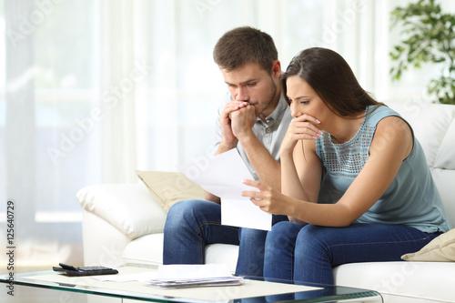 Fototapeta Worried couple reading a letter obraz