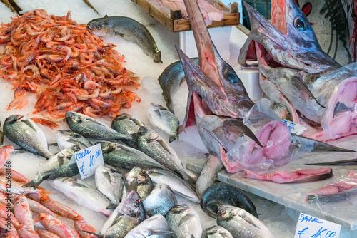 Plakat Swordfish i inne ryby i owoce morza na sprzedaż na rynku w Palermo na Sycylii
