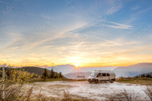 Foto Camping Motor Home parked outdoor in the mountains