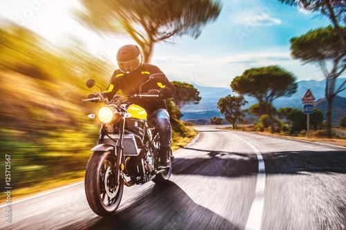 motocyklista-jadacy-pusta-droga-w-hiszpanskich-gorach