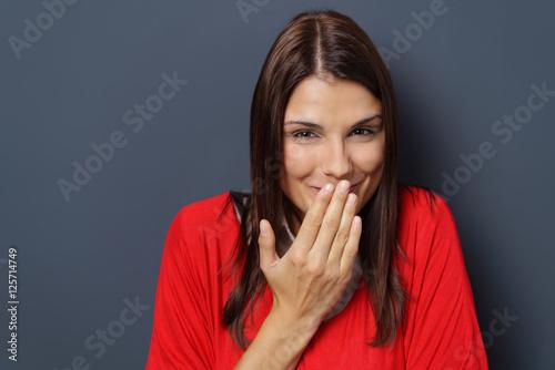 Fotografie, Obraz  frau lacht und hält sich eine hand vor den mund