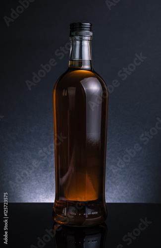 butelka-whisky-na-czarnym-tle-fajny-klimat