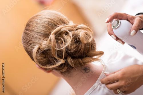 Foto op Plexiglas Kapsalon Acconciatura sposa capelli lunghi biondi raccolti