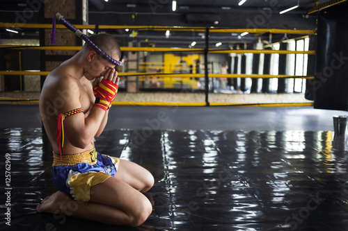 Fighter Muay Thai bowed in the ring Fototapete