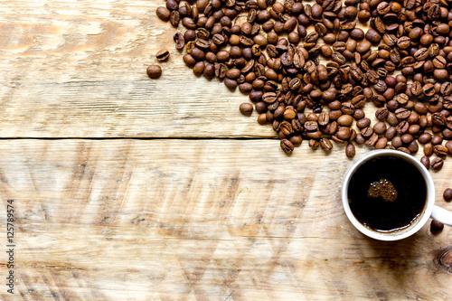 ziaren-kawy-na-drewniane-z-coffe-cup-table-vi