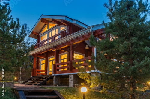 Photo  Modern Log Cabin Home in a Forest Environment