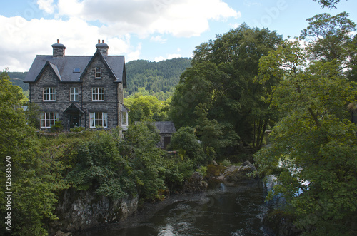 Valokuva  House beside a river, summers day in Beytws y coed