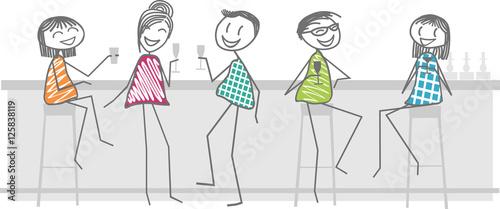 Photo  des amis prennent un verre dans un bar