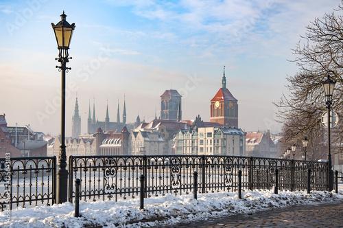 Obraz Stare Miasto w Gdańsku, widok ze Starej Motławy, zamarznięty kanał zimą - fototapety do salonu