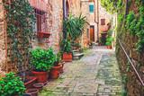Aleja w Włoskim starym miasteczku Tuscany Włochy - 125865517