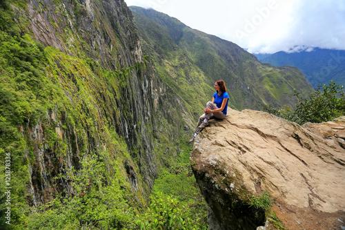 Fotografia Young woman enjoying the view of Inca Bridge and cliff path near
