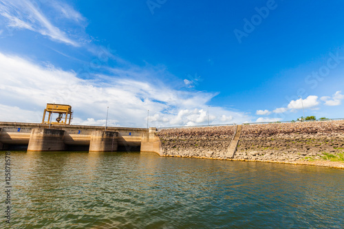 Poster de jardin Parc Naturel Dam Wall with full of water