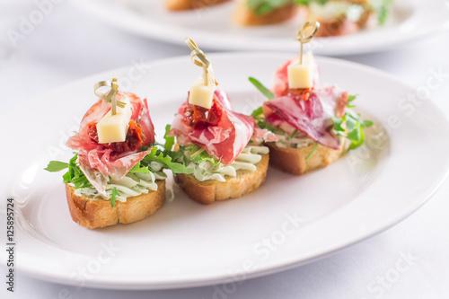 Foto op Aluminium Voorgerecht Красиво оформленный, банкетный стол с закусками, канапе, бутербродами, свежими овощами, на день рождения, корпоратив или свадебное торжество
