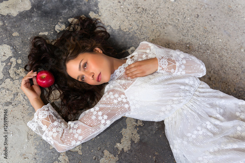 Fotografía Snow-white in lace dress