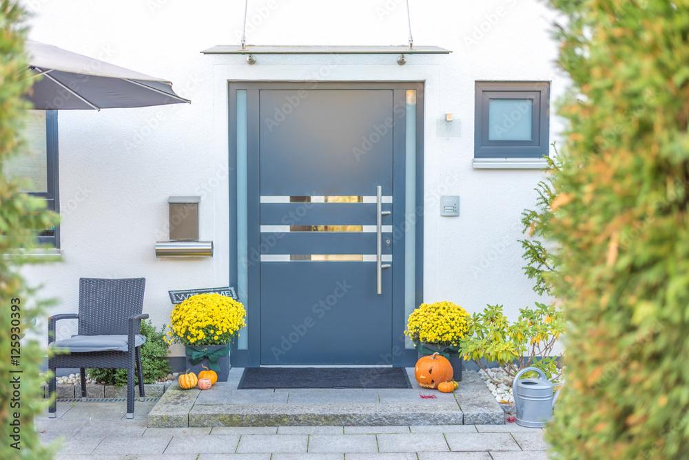 Fototapeta Herbstlich geschmückter Hauseingang