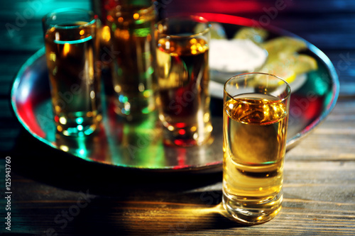 Photo  Gold tequila shot in bar