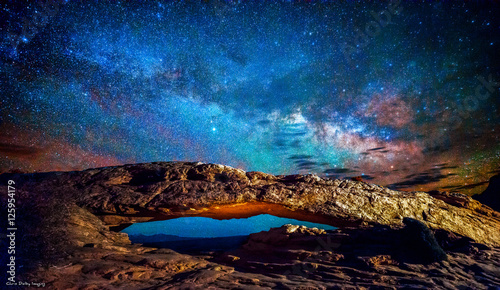 Photo sur Toile Univers MiIlky Way over Mesa Arch