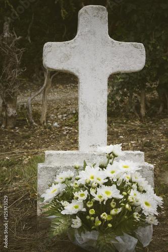 Keuken foto achterwand Begraafplaats Burial with cross and flowers in the cemetery