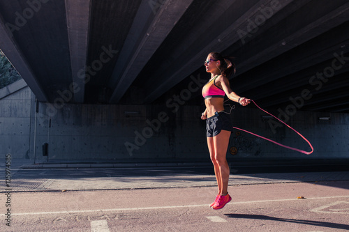Photo  Fit woman runner warming up outdoors