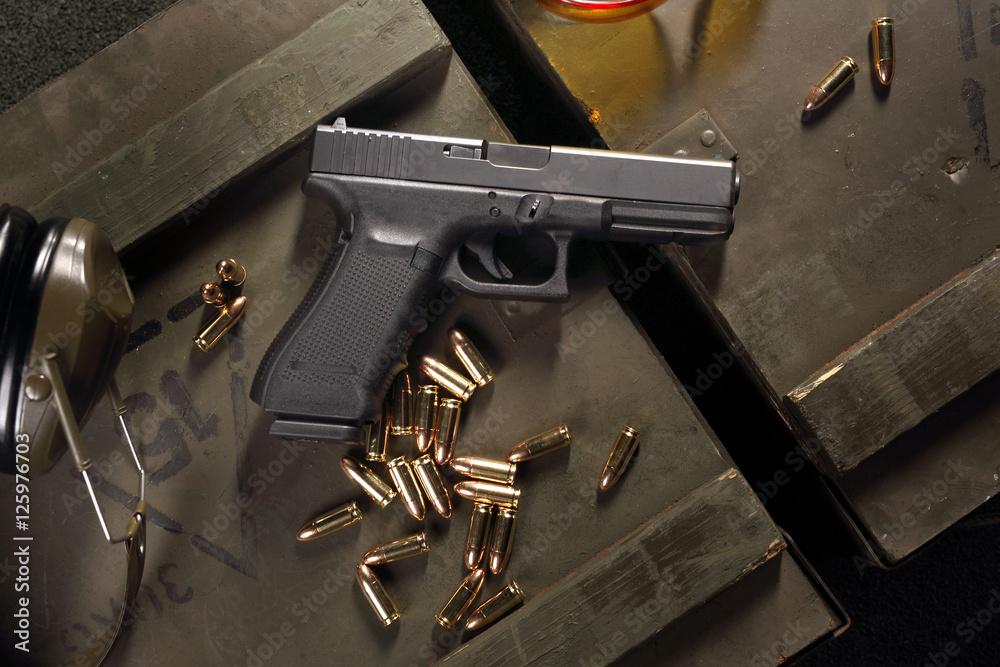 Fototapeta Pistolet Glock, broń  ostra