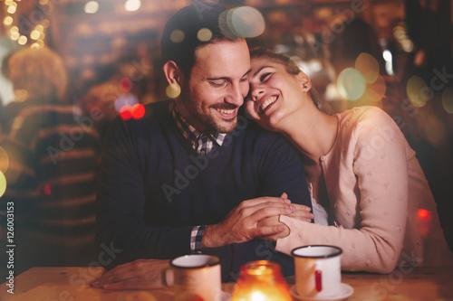Fotografia  Romantic couple dating in pub