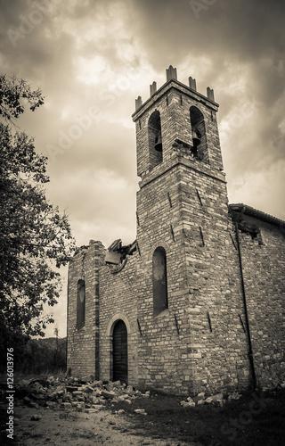 Poster Monument Chiesa infestata dai fantasmi rovinata dal terremoto