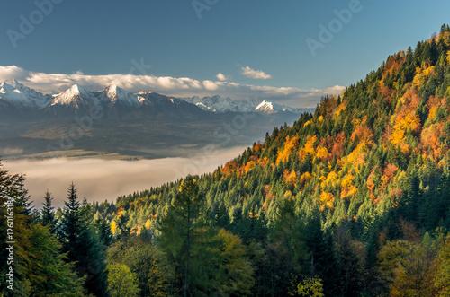 Foto auf Gartenposter Gebirge Beautiful autumn panorama over colorful autumn Pieniny mountains to snowy Tatra mountains, Poland