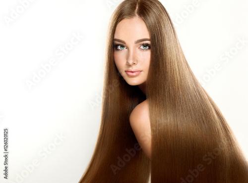 Plakat Piękna blondynki kobieta z długim, zdrowym, prostym i błyszczącym włosy. Fryzura luźne włosy