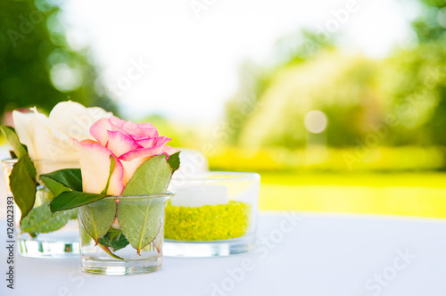 Tischdeko Vasen Glaser Rosen Rosa Gelb Buy This Stock Photo And
