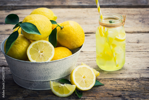 Photo Fresh lemons and lemonade