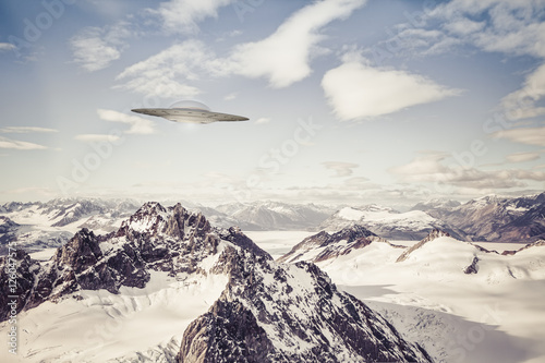 Photo sur Aluminium UFO UFO over Alaskan Mountains