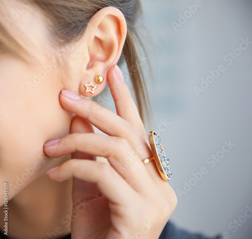 Fotografia Young woman with stylish accessories, closeup