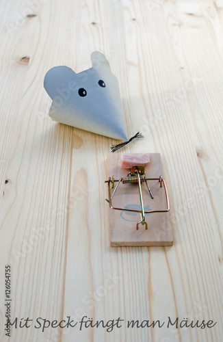 Maus Mausefalle Mit Speck Fangt Man Mause Buy This Stock Photo And