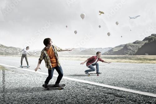 nastolatkowie-jezdzic-na-deskorolkach-rozne-srodki-przekazu