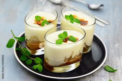 Dessert mit Karamell und Birnen