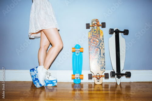 Photo  Skatergirl standing next to her boards
