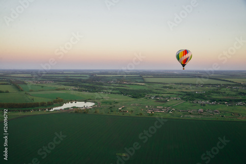 Cadres-photo bureau Aerien Balloon on a background of the beautiful green landscape