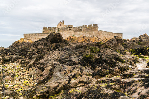 Papiers peints Fortification Fort National on tidal island Petit Be in Saint-Malo, France.