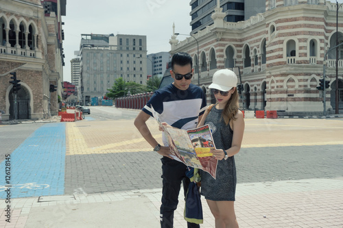 Photo  man and woman as couple look at map try to find a way in city as a tourist in fo