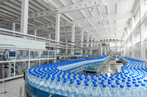 Fényképezés  for the production of plastic bottles and bottles on a conveyor belt factory