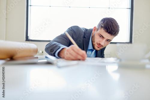 Fotografía  Entrepreneur schreibt Business Entwurf