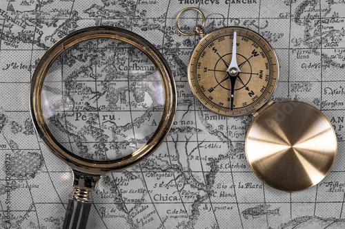 widok-z-gory-vintage-kompas-morskich-i-lupa-na-starych