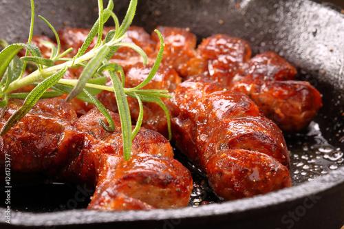 In de dag Eten Sausage frying in a pan